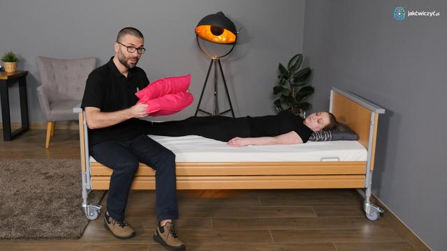 W jakiej pozycji spać i jak wstawać z łóżka krzesła gdy boli kręgosłup