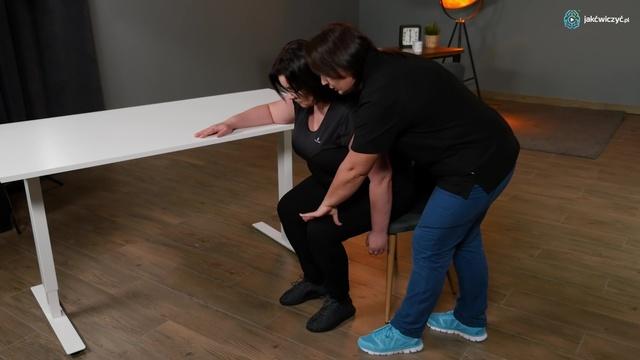 Ćwiczenie 1: Wstawanie z krzesła bokiem do stołu