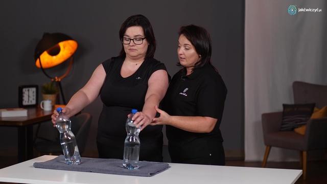 Ćwiczenie 2: Ćwiczenie ręki w staniu z wykorzystaniem butelki