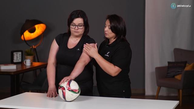 Ćwiczenie 4: Ćwiczenie ręki w staniu z wykorzystaniem piłki